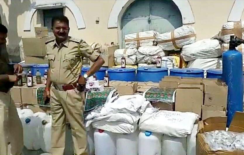 Alirajpur News- आबकारी अमले ने अवैध शराब बनाने की फैक्टी पकड़ी