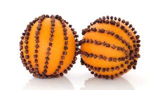 2 Pomander di arance decorati con i chiodi di garofano