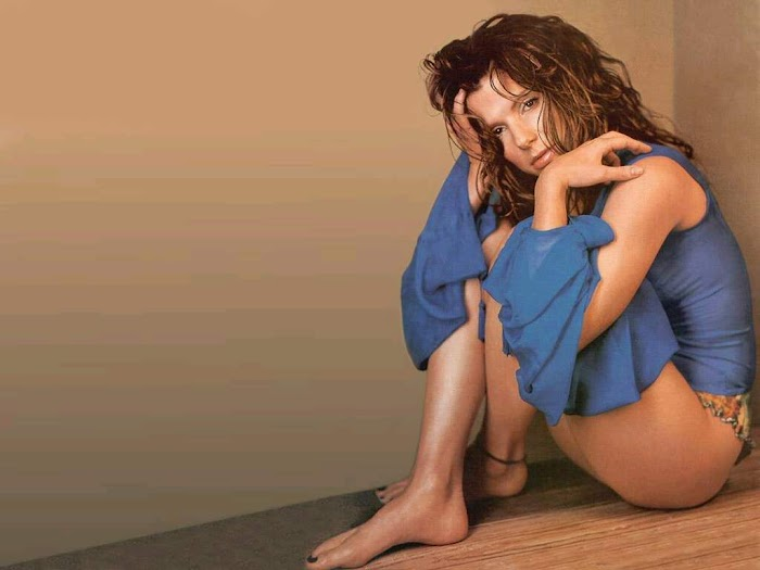 Sandra Bullock Hot & Sexy Photos Bikini & Cleavage Pictures in HD