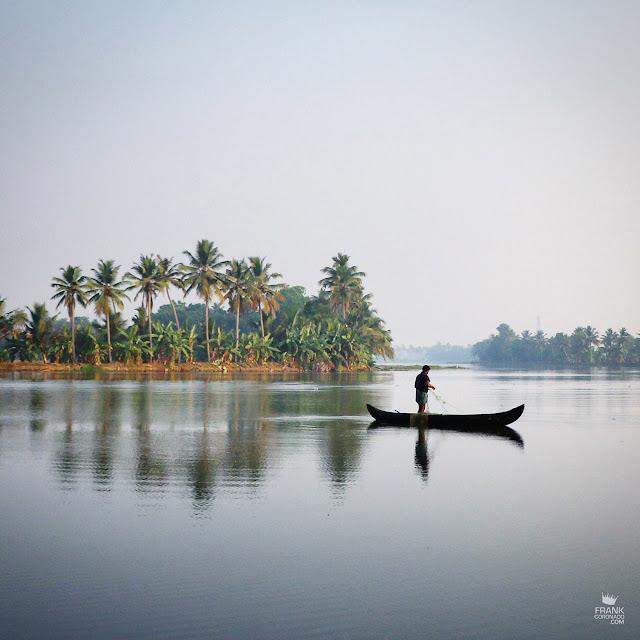 Pescador en backwater de Kerala India