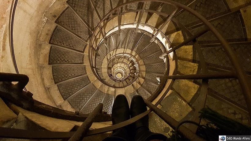 Escadaria do Arco do Triunfo - Diário de Bordo - 3 dias em Paris