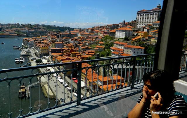 Trajeto de metrô entre o Porto e Vila Nova de Gaia, travessia da Ponte D. Luís