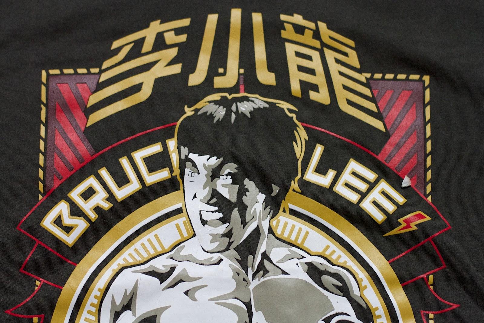 Cartaz com desenho de Bruce Lee fazendo uma de suas caretas