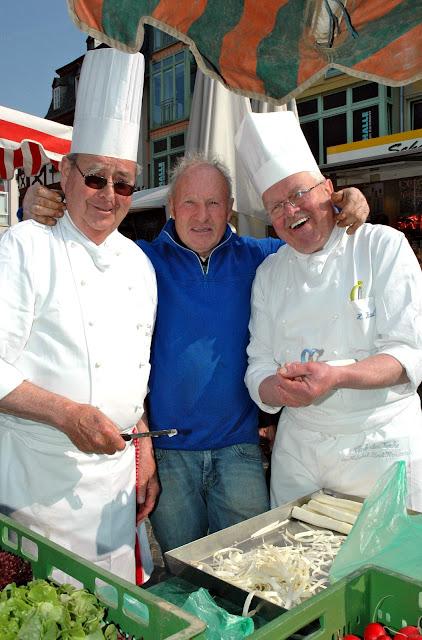 Heinz Kaul (r.) mit einem seiner Kollegen bei der Spargelschälaktion des Clubs der Köche im Nahetal auf dem Bad Kreuznacher Wochenmarkt