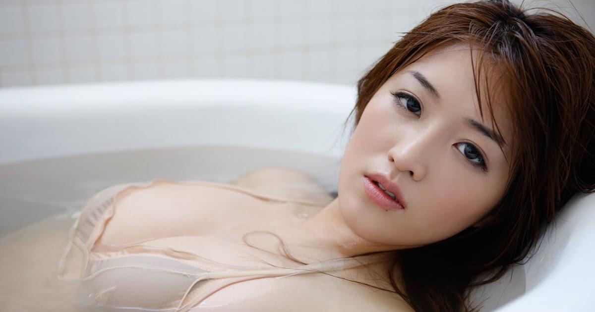 Hot japanese model anna with huge boobs change into bikini 6