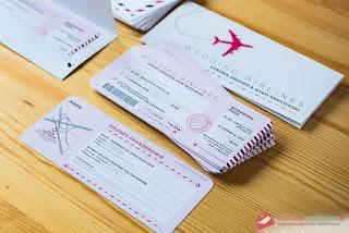 Oryginalne zaproszenia z motywem podróżniczym w postaci biletów lotniczych od Najlepsze Zaproszenia.