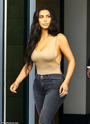 kim kardashian shows off side boobs as she shops with her