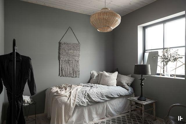 dormitorio con paredes grises y suelo de madera natural