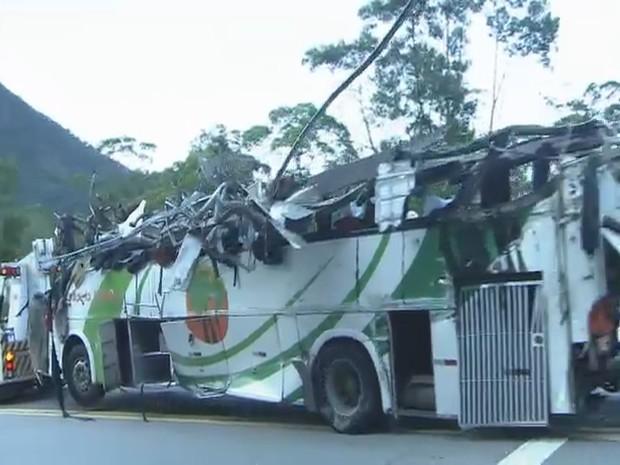 Grave Acidente aconteceu durante a noite. Ônibus fretado levava universitários