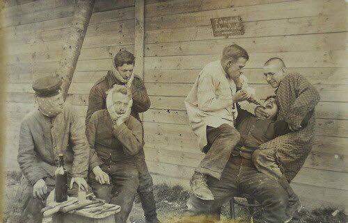 Вояки на прийомі у польового дантиста
