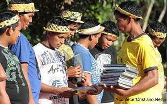 Nuevo Testamento en idioma Nadëba en tribu de la amazonía brasileña