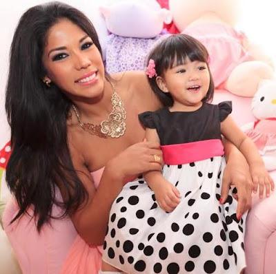 Foto de Karen Dejo posando con su pequeña