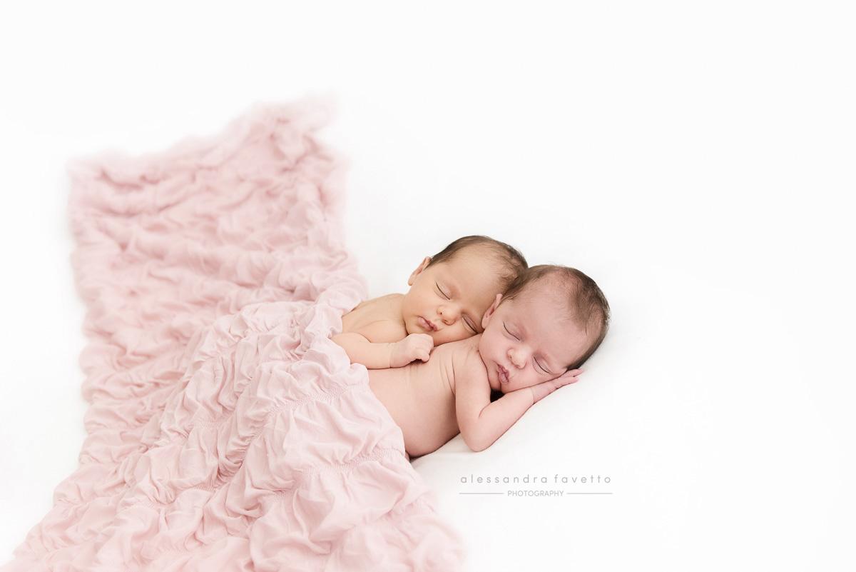 Sesión de fotos de recién nacidos mellizos en Sevilla a domicilio
