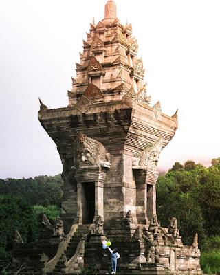 Kemegahan Candi Jawar peninggalan kerajaan Majapahit. Foto oleh @tiikaatikoo