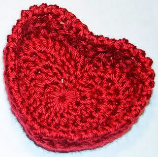 http://translate.googleusercontent.com/translate_c?depth=1&hl=es&rurl=translate.google.es&sl=en&tl=es&u=http://www.petalstopicots.com/2012/02/hugs-and-kisses-heart-basket-crochet-pattern/&usg=ALkJrhhm_tPrhXqud6jTrysx2Urkbp8dMg