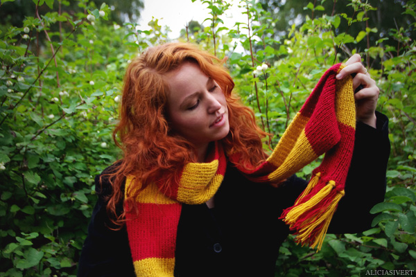 aliciasivert, Alicia Sivertsson, Harry Potter, Hogwarts, Gryffindor, scarf, knit, knitting, red, yellow, stripes, fringe, shawl, redhead, red hair, girl, woman, fan art, handicraft, handcraft, pyssel, hantverk, elevhem, halsduk, harry potterhalsduk, gryffindorhalsduk, röd, gul, randig, frans, sticka, stickning, stickad, monthly makers maj magi magic