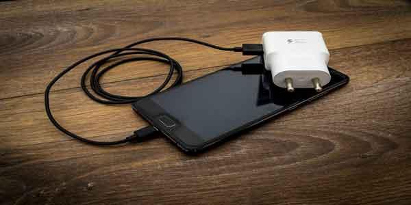 Cara Mengisi Baterai Ponsel Ketika Listrik PLN Padam