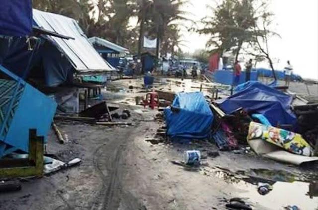 Warung di Pantai Suwuk Porak Poranda Dihantam Ombak