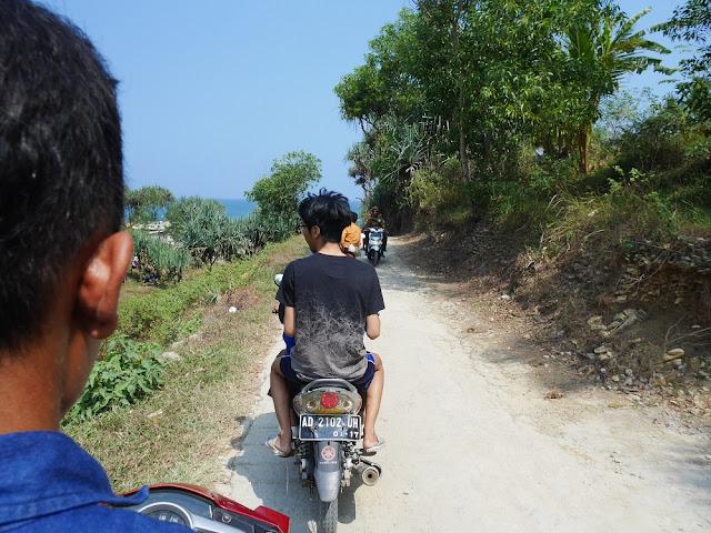 Jalan menuju Pantai Banyutibo