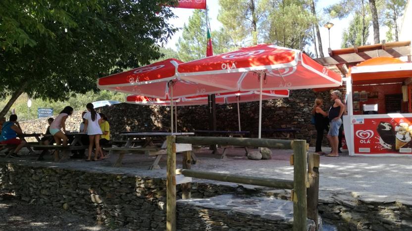 esplanada do Bar da Praia Fluvial da relva da Reboleira