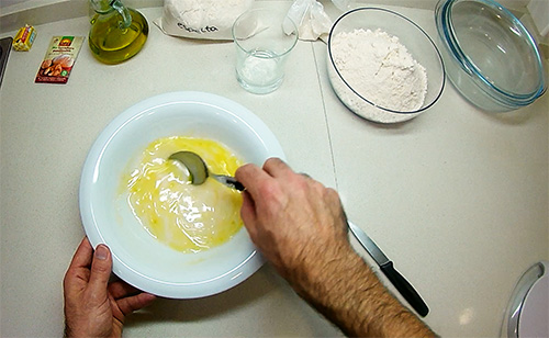 Agua, aceite de oliva virgen extra y levadura.