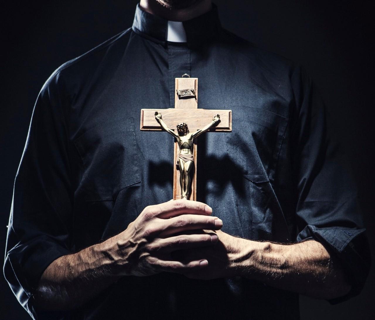 Resultado de imagen para Sacerdotes hacen exorcismo