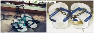 Gambar foto sandal jepit di gembok