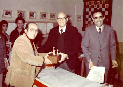 Joaquim Bescós Mambrona recogiendo el premio de belleza del XII Torneig Obert Festa Major de Sant Andreu de Palomar 1983