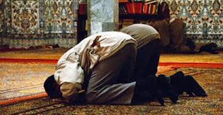 জেনে নিন-ইসলাম কী বলে! হাফ হাতা শার্ট বা গেঞ্জি পরে নামাজ হবে কি?