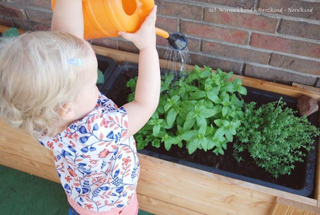 Mit Kindern gärtnern macht Spaß. Ich stelle euch den montessori-inspirierte Terrassengarten mit Kinder-Hochbeet und passender Bauanleitung vor.