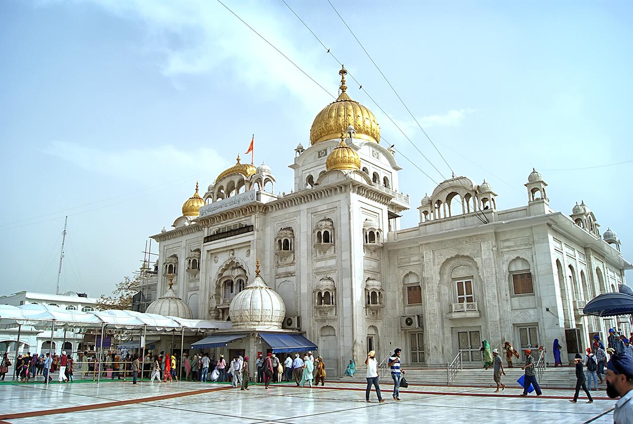 Gurudwara Bangla Sahib Delhi - Topped By Golden Domes ...