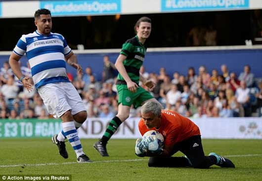Chết cười xem Mourinho xỏ găng bắt gôn 4