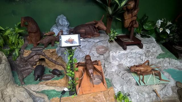 Exposição de animais de madeira junto aos bondinhos aéreos