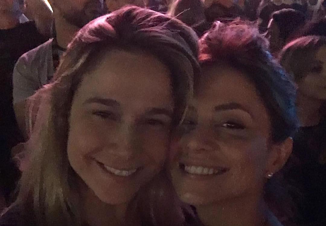Em clima de romance, Fernanda Gentil e a namorada curtem Rock in Rio