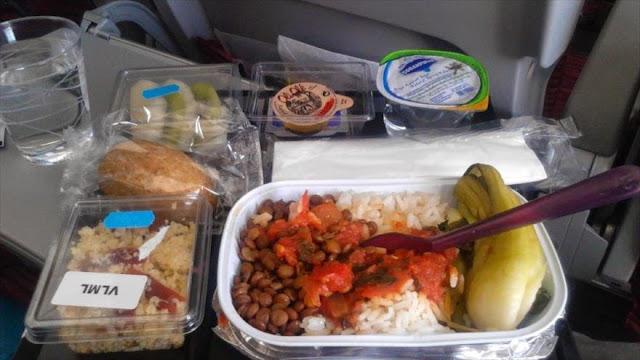 Pasajero de avión encuentra diente humano en su comida
