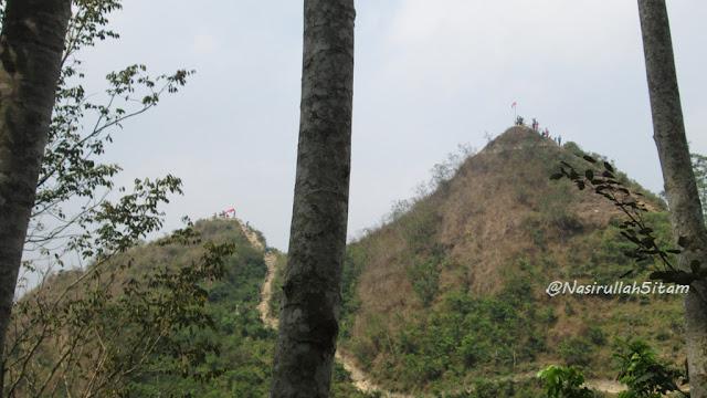 Bukit yang terlihat dari Kebun Teh Nglinggo, Samigaluh