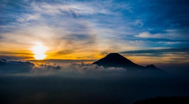 pemandangan matahari terbenam di gunung prau