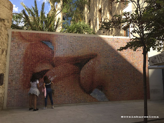 Photo mural of a kiss in Isidre's Nonell square, Barcelona