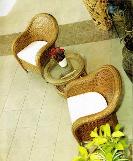 terkadang dilengkapi hamparan taman indah Romantika Kursi Rotan pada Penataan Teras Rumah
