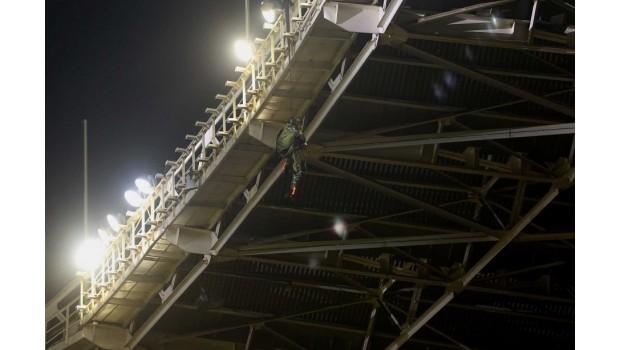 TNI AU tersangkut di atap stadion GBK