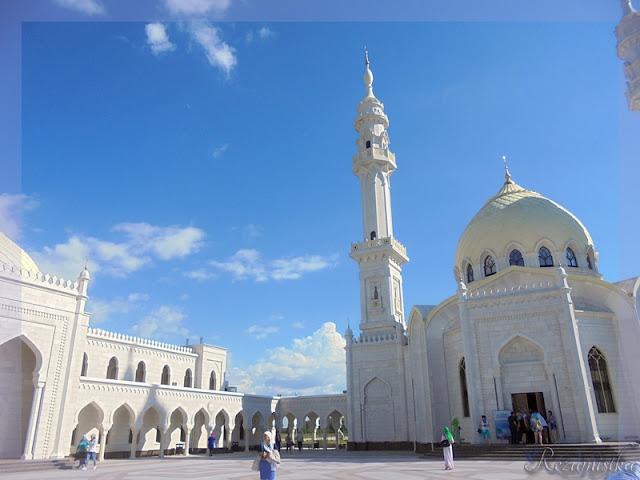 возле белой мечети
