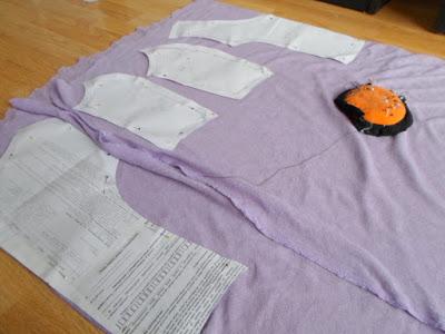 Fioletowa sukienka z jerseyu z falbanką. Forma od starej sukienki DIY