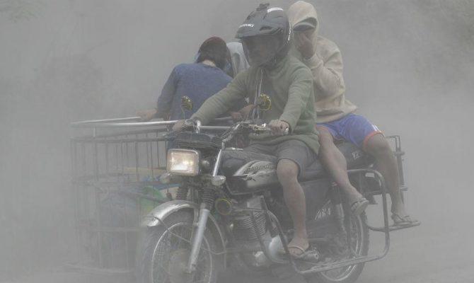 Δεκάδες χιλιάδες εγκαταλείπουν τα σπίτια τους λόγω του ηφαιστείου κοντά στη Μανίλα