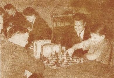 Kotov, jugando contra un jovencito participante en el torneo