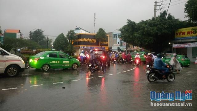 Mưa lớn, nhiều tuyến đường ở TP. Quảng Ngãi biến thành sông