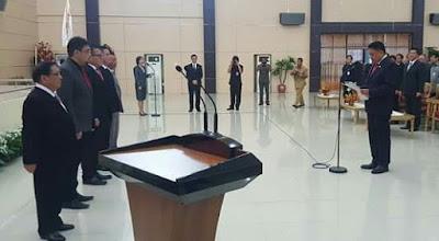 Gubernur Sulut, Olly Dondokambey saat pengambilan sumpah jabatan ke lima anggota KIP Sulut.