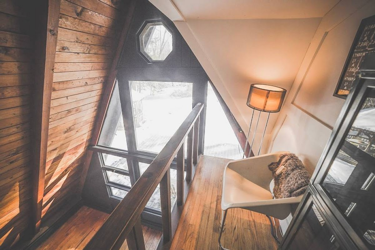 03-Internal-Balcony-Jeremy-Sustainable-Catskills-A-Frame-House-Airbnb-www-designstack-co