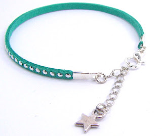 Bracelet simili cuir avec chaîne de réglage argent et breloque