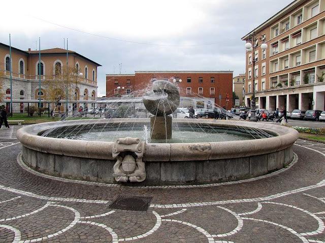 Fountain by Arnaldo Pomodoro, piazza della Stazione, Pisa
