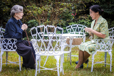 Lola (Gloria Pires) e Tereza (Irene Ravache) conversam no asilo em 'Éramos Seis' — Foto: Paulo Belote/Globo